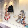 2/7(金)まで、銀座店のウィンドウはカレンダーコラボアーティスト平良志季さんのヴィジュアルとなっております。お近くにお越しの際はぜひご覧ください!